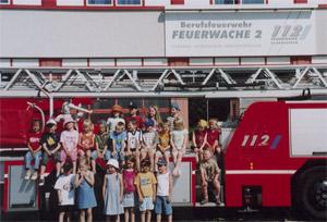 Die Bischmisheimer Kinder auf dem Feuerwehrauto