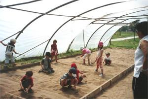 Die Kinder bei Römerausgrabungen